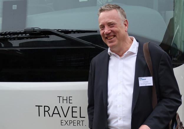 Ted Stridsberg, vd VDL 1) – Marknaden ser bra ut, framför allt ser vi hur expressbusstrafiken utvecklas och hur kunderna ställer krav på komfort på ett annat sätt än tidigare. Vi konkurrerar med lågprisflyget så när vi tar fram en buss måste vi tänka på vad som skiljer den från lågprisflyget, som att det finns gott om benutrymme, är varmt och känns säkert. 2) – Om tio år kommer designen av turistbussar handla mycket om att spara energi och man kommer noga följa vad som händer på elbussfronten. Det är ett paradigmskifte på gång även om turistbussarna blir de som sist ställer om sig. Men det kommer bli viktigt med lätta material och nya dörrsystem samt uppvärmning som inte är så energikrävande.