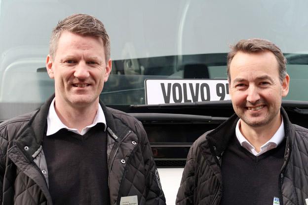 Jonas Pettersson, försäljningschef Volvo Bussar 1) – Vår försäljning ligger stabil men vi har nyligen anställt två nya säljare för att kunna hitta kunder som vi inte har hunnit med att bearbeta tidigare. Vi har jobbat mest med upphandlingar och inte riktigt mäktat med turistbussidan men nu ska vi sätta fokus på den. 2) – Jag tror att det kommer bli någon form av hybridisering på turistbussidan. Inte rena elbussar men snåla motorer och mer av batteriteknik för ombordförsörjningen. En buss är begränsad, den har sitt utrymme, så det går inte att förändra så mycket men däremot kan man försöka göra tystare bussar. Vi satsar också mycket på säkerhetsfrågorna. På bilden står också Anders Baljhagen, Volvo Bussar.
