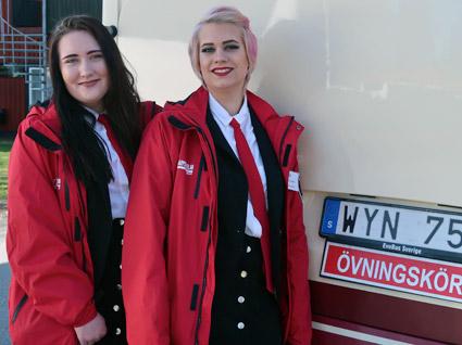 Saga Snöheden och Desirée Strandesjö som pluggar till bussförare besökte Busstorget. Foto: Paula Isaksson.