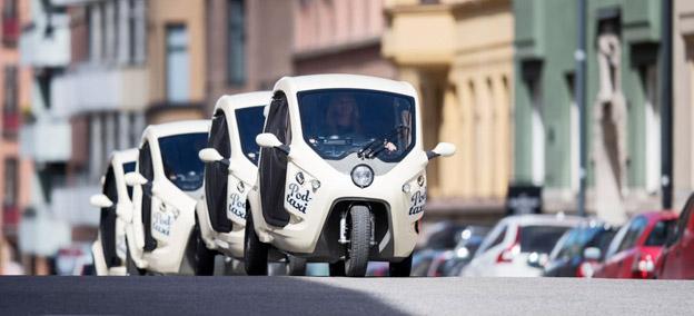 Små, elektriska taxipoddar ska från onsdgen erbjuda ett alternativ till bil, taxi och buss i Stockholms innerstad. Foto: Bzzt.