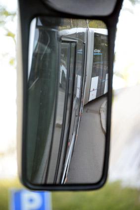 Föraren har hjälp att hjålla en exakt koll på bussen med både kameror och speglar. Foto: Ulo Maassing.