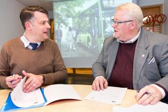 Andreas Schönström (S), kommunalråd med ansvar för miljö och teknik och Stefan Svalö (S), ordförande kollektivtrafiknämnden i Region Skåne skrev på torsdagen avtal om elbussar i Malmö.