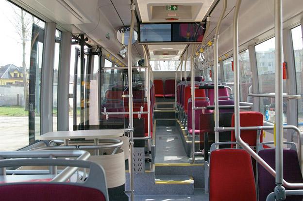 Interiör av en av Luleås nya stadsbussar med både soffhörnor och ståbord med USB-uttag. Foto: LLT.