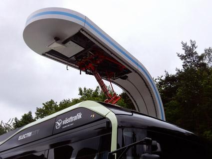 För opportunity charging (snabbladdning längs busslinjen eller vid ändhållplats): Kontaktskenor monterade på busstaket över framaxeln; pantograf som sänks ner mot busstaket från en laddstation samt wi-fiprotokoll för kommunikation mellan fordon och laddstation. Foto: Ulo Maasing.