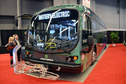 Amerikanska elbusstillverkren Proterra visar en tolvmeters batteribuss. Lägg märke till cykelhållaren i bussens front. Foto: Ulo Maasing.