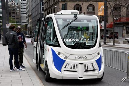 Transportstyrelsen drar frågan om förarlösa bussar i långbänk. På den stora kollektivtrafikmässan i Montreal väcker bussarna, som denna Navya, stort intresse. Foto: Ulo Maasing.
