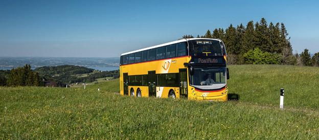 För första gången någonsin sätts brittisktillverkade dubbeldäckare i injetrafik i Schweiz. Foto: PostBus.