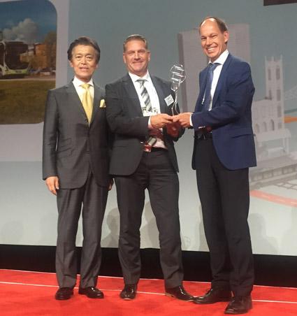 Hans Ramér från Volvo Bussar (mitten) och Roger Vahnberg från Västtrafik (till höger) tog emot priset från UITP:s ordförande Masaki Ogata när ElectriCity vann UITP Awards 2017.