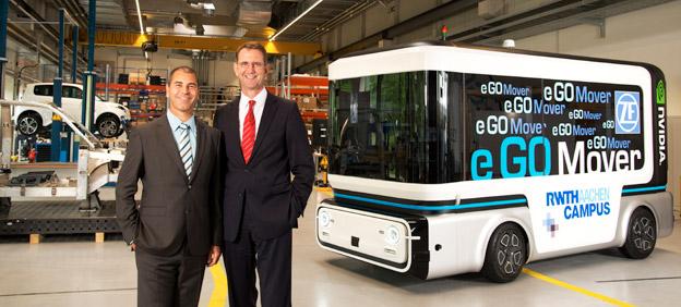 Günther Schuh (till höger), vd för e.GO Mobile och Torsten Gollewski, chef för avancerad teknik hos ZF presenterar företagens gemensmma satsning på självkörande fordon.