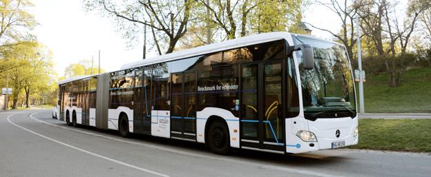 Sveriges Bussföretag och Svensk Kollektivtrafik fortsätter att bearbeta Transportstyrelsen för att 21-metersbussar som denna Mercedes-Benz CapaCity L ska bli tillåtna,. Foto: Ulo Maasing.