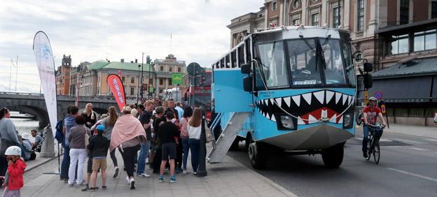 Turister i Stockholm väntar på att stiga ombord på en amfibiebuss för att ge sig ut  på sightseeing. Foto: Ulo Maasing.
