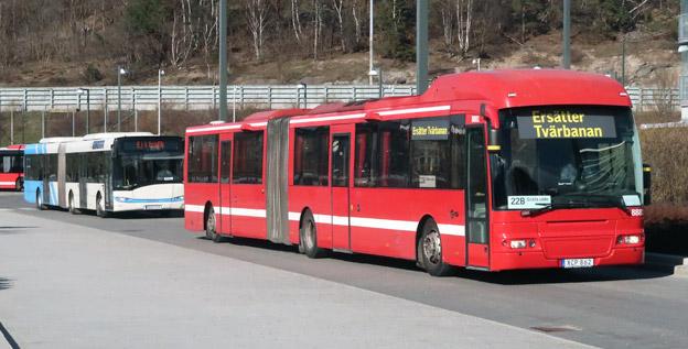 Till ersättningstrafiken i norrort i Stockholm, liksom för tvärbanan (bilden) och Saltsjöbanan har Arriva satt in mängder av gamla bussar från olika håll i landet, ibland från utlandet. Den Solaris Urbino som syns på bilden har i ett tidigare liv kört i Tyskland. Foto: Ulo Maasing.