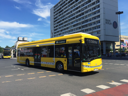 En elbuss i trafik i Berlin. Snart jämställs elektrisk busstrafik och spårtrafik skattemässigt i Tyskland. I Sverige spjärnar regeringen emot. Foto: Ulo Maasing.