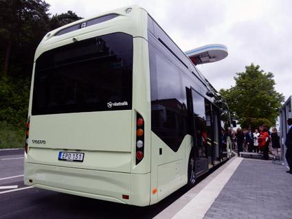 En elbuss på linje 55 i Göteborg under laddning. Nu kan fler städer i Västra Götaland få elbussar i stadstrafiken.  Foto: Ulo Maasing.