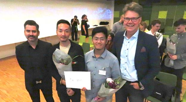Jan Mattsson, vd för Swecos arkitektverksamhet (till vänster) och Magnus Broback, City Mobility Director på Volvo Bussar (till höger tillsammans med studenterna bakom det vinnande bidraget, Yupeng Lian och Thianhai Lin. Foto: Ulo Maasing.