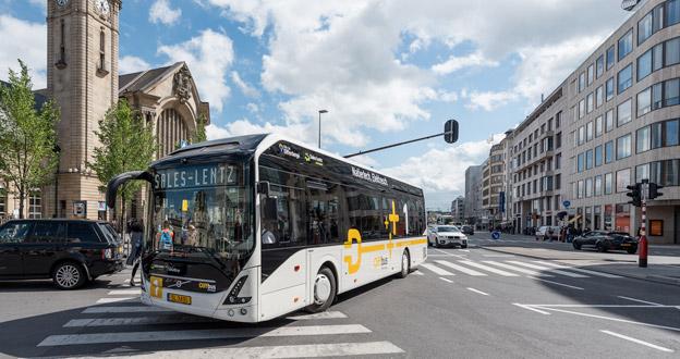 På söndagen sattes de första serietillverkade elbussarna från Volvo i trafik. Foto: Volvo Bussar.
