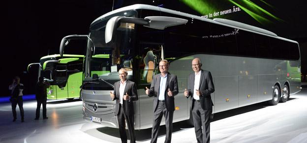 Tummen upp för nya generationens Mercedes-Benz Tourismo gör Daimler Buses vd Hartmut Schick i mitten, tillsammans med    Foto: Ulo Maasing.