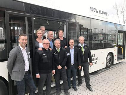 Norrtälje kommuns kommunalråd Ingrid Landin (MP), Olle Jansson (S), Anders Olander (C) och Ulrika Falk (S) bakom representanter för Nobina vid ett test av de planerade elbussarna.