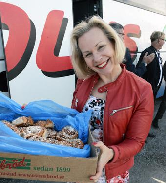 Anna Grönlund, branschchef på Sveriges Bussföretag, bjöd på bullar och bussfika. Foto: Ulo Maasing.