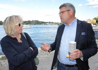 Susanne Lund(S) från trafiknämnden i Stockholms stad diskuterar bussturismens villkor med Pär Åkerberg, ordfölrande i Stockholms läns bussbranschförening. Foto: Ulo Maasing.