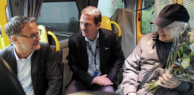 Det var då det. Keolis tog för knappt ett år över en stor del av servicetrafiken i Värmland. Anders Wahlén, chef för servicetrafiken vid Värmlandstrafik och Keolis´ vd Magnus Åkerhielm välkomnade premiärresennären Lars Bäckskog. Nu är det fnurra på tråden mellan Keolis och Värmlandstrafik. Foto: Värmlandstrafik.