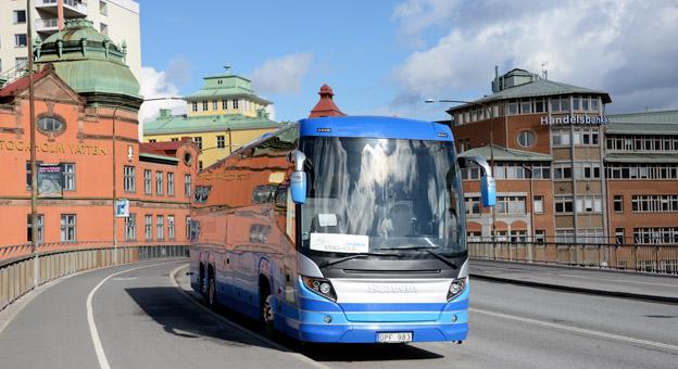 En av Silverlinjens bussar parkerad på Barnhusbron. Kommer man att ha råd att finnas kvar? Foto: Ulo Maasing.