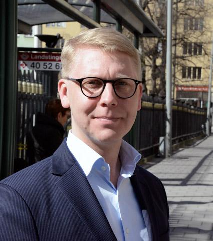 """Stadsbusstrafiken i Norrtälje blir elektrisk i augusti nästa år. """"Men regeringen straffbeskattar elbussar"""", säger trafiklandstingsrådet Kristoffer Tamsons(M). Foto: Ulo Maasing."""