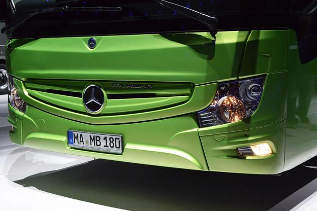 Fronten har fått en ny design med huvudstrålkastare från lastbilsmodellen Actros. Efterso Actros inte har LED-strålkastare har heller inte nya Tourismo det. Foto: Ulo Maasing.