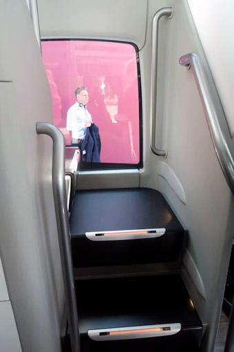 Trapphusen har fönster vilket gör bussen ljusare, men fönstren medger inte insyn utifrån. Foto: Ulo Maasing.