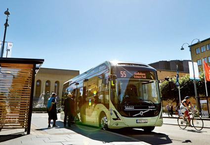 En rad städer, regioner, företag med flera undertecknar på torsdagen en deklaration om att det behövs fler elbussar och andra fossilfria bussar i Europa. Foto: Volvo Bussar.