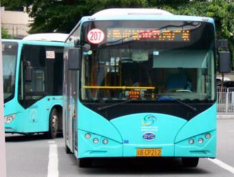 Elbussar frpån BYD i Shenzen, Kina. Landet dominerar allt mer när det gäller produktion av elbussar. Foto: ATR50/Wikimedia Commons.