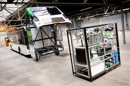 I släpet delas hydrozinet i vätgas och koldioxid. Vätgasen används till att i en bränslece3ll producera el.