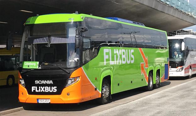 Den europeiska expressbussjätten FlixBus satsar nu på en kraftig expansion i Sverige och Norge. Idag är två svenska bussföretag engagerade i FlixBus som partners: Göteborgsföretaget Stefans Buss samt Linköpingsbaserade Expressbuss, ägt av Wärnelius Buss. Här är en buss från vardera företaget på Arlanda flygplats och i trafik för FlixBus, även om bara den ena är i FlixBus´ färger. Foto: Ulo Maasing.