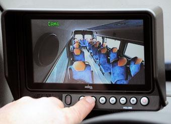 … dessutom kan föraren på en monitor se samtliga platser iu bussen. Foto: Ulo Maasing.