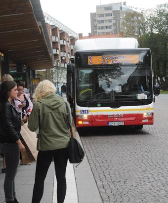 Biogasbuss i Jönköping. Kostnaderna för biodrivmedel har ökat så Jönköpings Länstrafik måste göra nya, kraftiga nerskärningar i trafiken. Foto: Ulo MAasing.