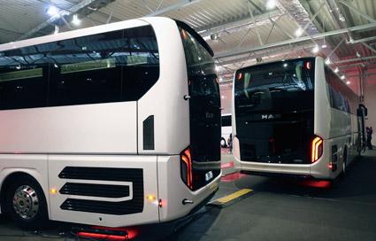 Den blanka svarta aktrn ser läcker ut, ger Lion´s Coach ett unikt utseende och kan vara en slagkraftig marknadsföringsplats för bussföretaget. Foto: Ulo Maasing.