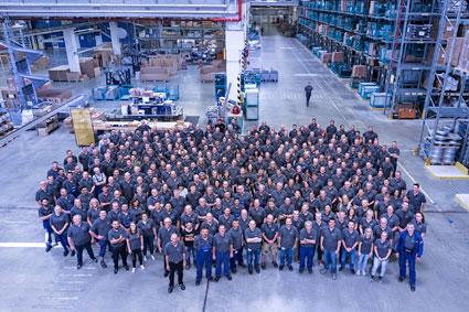 EvoBus centrala reservdelslager uppges vara världens största. Den här månaden tioårsjubilerar centret som har omkring 400 medarbetare. Foto: Daimler Buses.