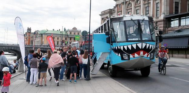 Turisterna i Stockholm blir allt fler – en del kan inte bestämma sig för om de vill åka buss eller båt på sightseeing… Foto: Ulo Maasing.