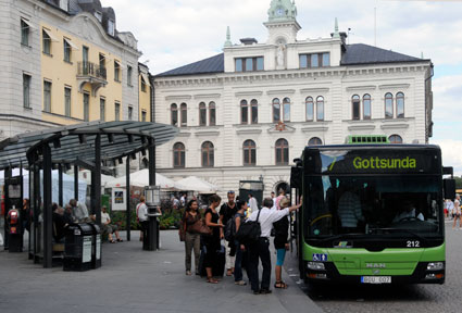 Stora Torget i Uppsala. De ansvariga för kollektivtrafiken vill ha bort taxi från torget fredags- och lördagsnätter. foto: Ulo Maasing.