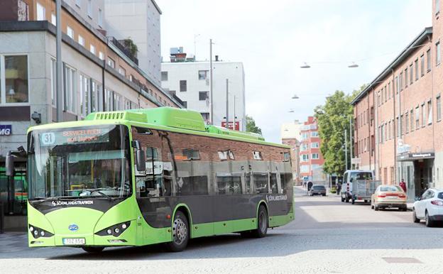 På måndagen sattes ytterligare tio elbussar från BYD i trafik i Eskilstuna. Foto: Transdev.