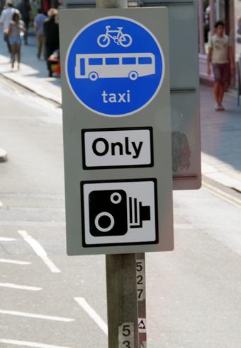 I många utländska städer, som här Brighton, övervakas busskörfälten antingen genom fasta kameror eller kameror i bussarna. Foto: Ulo Maasing.