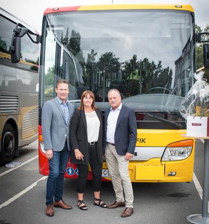 Anders Fransson, vd på Nilsbuss (till vänster) tog på torsdagseftermiddagen emot den 2000:e bussen ur Setras MuktiClaserie fråpn Anna Johansson och Gunnar Jörs på EvoBus Sverige. Foto: EvoBus.