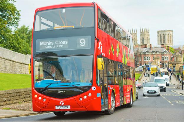 Den historiska vikingastaden York blir först utanför London med fullelektrisk dubbeldäckare i trafik. Foto: Optare.