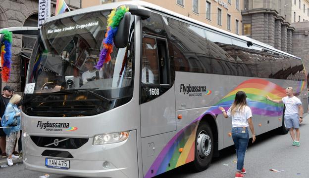 Flygbussarna hade lagt till  ett lila band i sin dekor och därmed fått de kompletta regnbågsfärgerna på flygbussen i prideparaden.