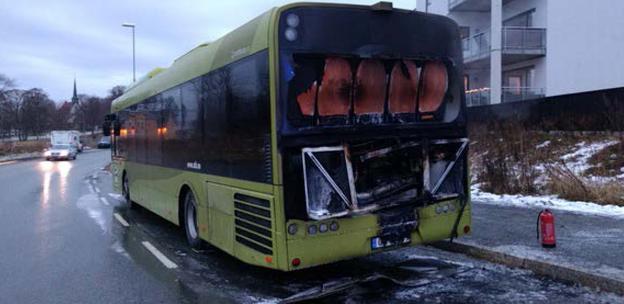 Den 17 december i fjol brann en lokaltrafikbuss i Trondheim. LED-belysningen för nummerskylten var orsaken. Foto: Polisen, Norge.