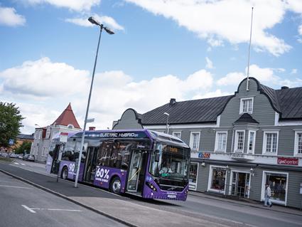 Sedan början av september körs stadstrafiken i VBärnamo med elhybridbussar från Volvo. Nu har tyska Göttingen slagit in på samma väg. Foto: Volvo Bussar.