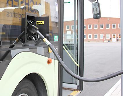Produktionen av HVO hotas av ett nytt lagförslag, varnar Sveriges Bussföretag. Foto: Volvo Bussar.