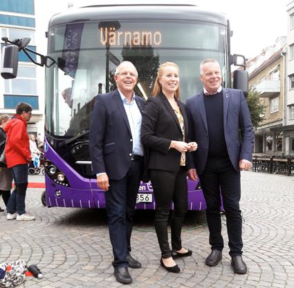 Invigde Värnamos elektrifierade stadstrafik gjorde från vänster Rune Backlund(C), regionråd, Annie Lööf, partiledare centern samt Hans-Göran Johansson, kommunstyrelsens ordförande i Värnamo. Foto: Volvo Bussar.