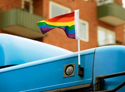 Regnbågsflaggor kommer att pryda stadsbussarna i Skövde till helgen. Foto: Västtrafik.