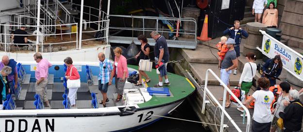 Turister kliver ombord på en av Strommas Paddanbåtar i Göteborg. Vid årsskiftet lanserar Strömma ett stadskort i Göteborg. Foto: Ulo Maasing.